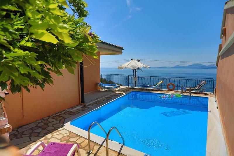 Spacious villa, large private pool, fantastic sea views, WiFi. A/C, alquiler de vacaciones en Katavolos