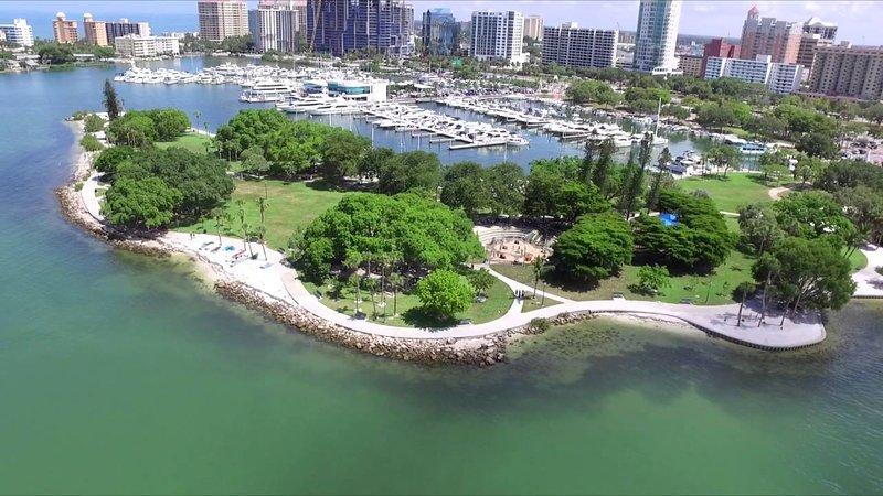 El hermoso Bayfront Park está ubicado a solo 3 cuadras de distancia.
