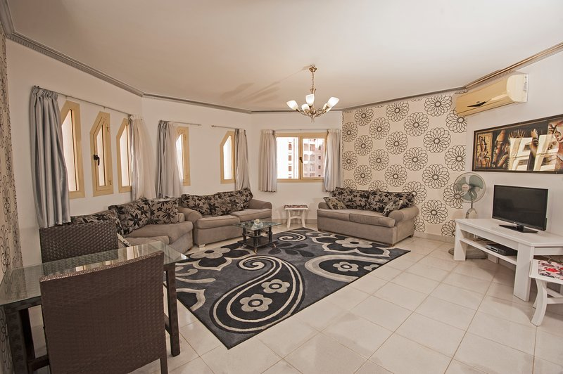 310 - Perfect location for Mamsha. Regency Towers, Hurghada, alquiler vacacional en Hurghada