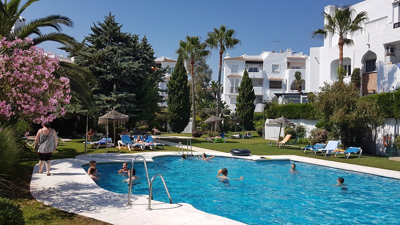 Quality Holiday Family Apartment... FREE unlimited fibre optic WiFi..., holiday rental in Sitio de Calahonda