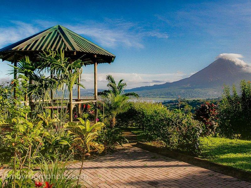 Lake Arenal-Stunning views of the lake, volcano and jungle., holiday rental in El Castillo