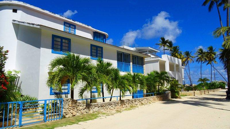 Amplia villa de playa a pocos pasos de la famosa playa privada de Los Corales.
