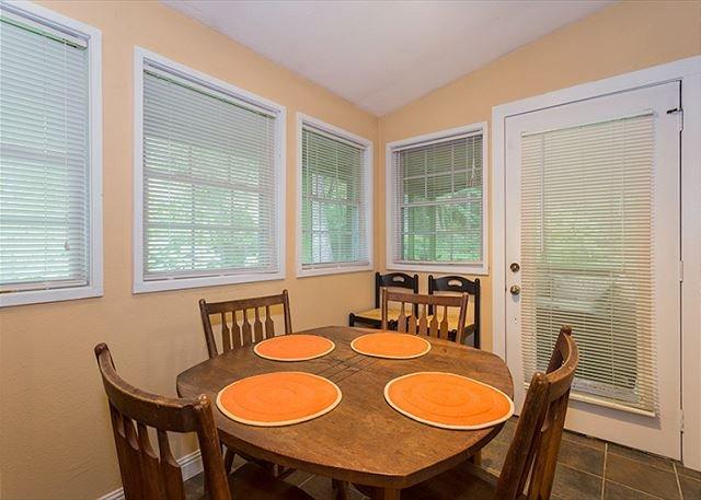 Coin salle à manger qui s'ouvre sur un porche