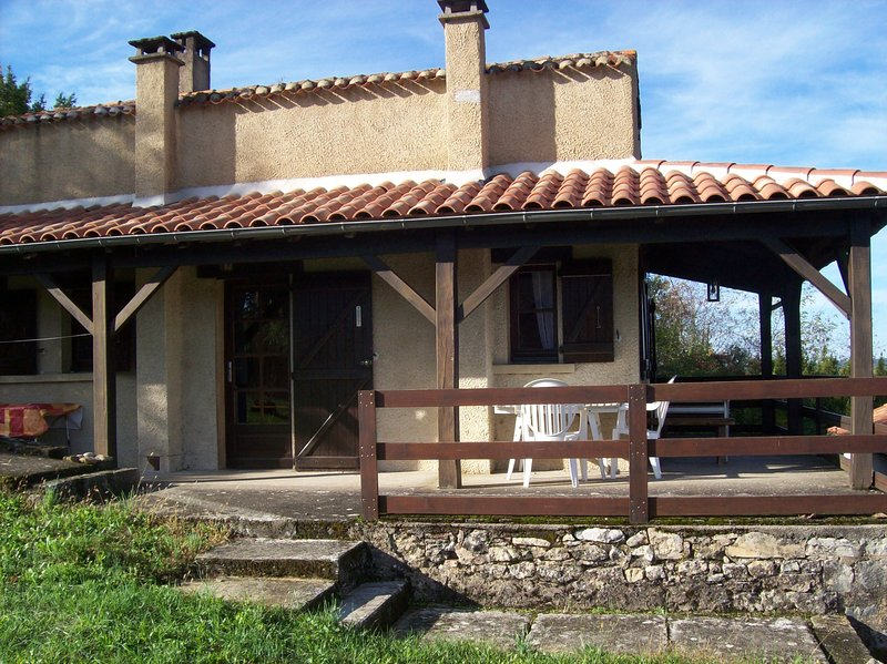 Amazing house with terrace, location de vacances à Sérignac