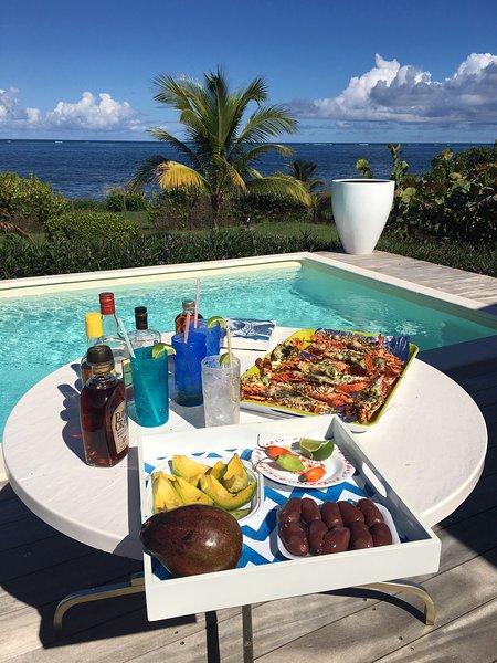 ... para una comida perfecta en la piscina con vista al mar!
