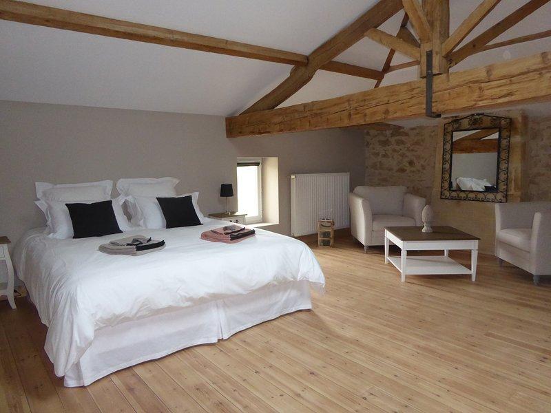 La Vigneraie de Laura, chambre d'hôtes La Bardanne, vacation rental in Saint-Etienne-De-Lisse