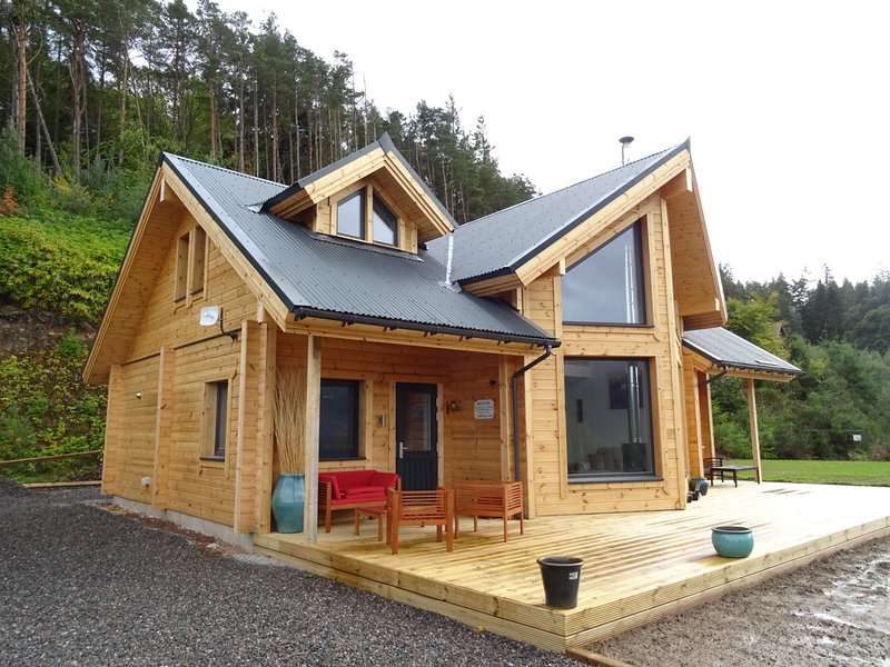 Stunning Finnish Log House with panoramic views of Loch Ness, holiday rental in Inverfarigaig