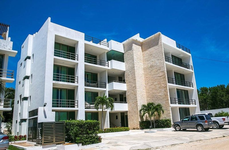 Walk to the ocean in 3min. 2 bed 2.5 bath, quiet gated community sits amongst, vacation rental in Playa Paraiso