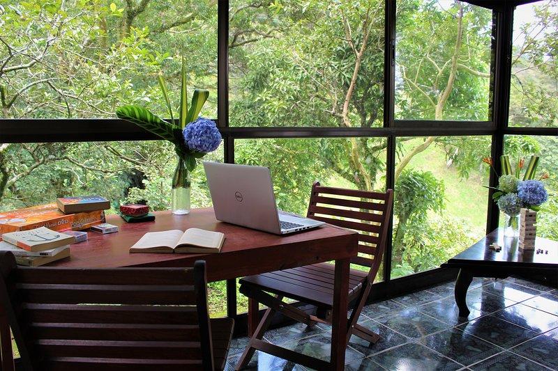 Disfruta de leer, jugar juegos de mesa o simplemente pasar el rato en este espacio tranquilo.