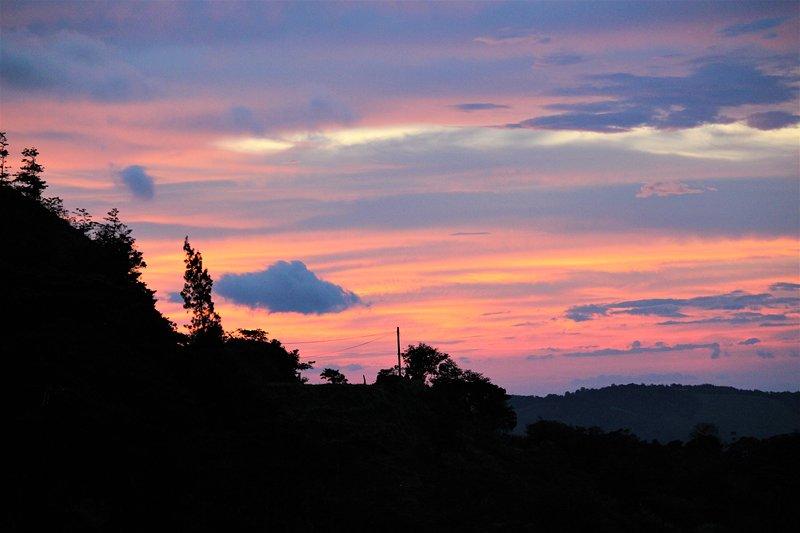 Sin fin, hermosas puestas de sol incluidas de forma gratuita con el alquiler de Hummingbird Heights ;-)