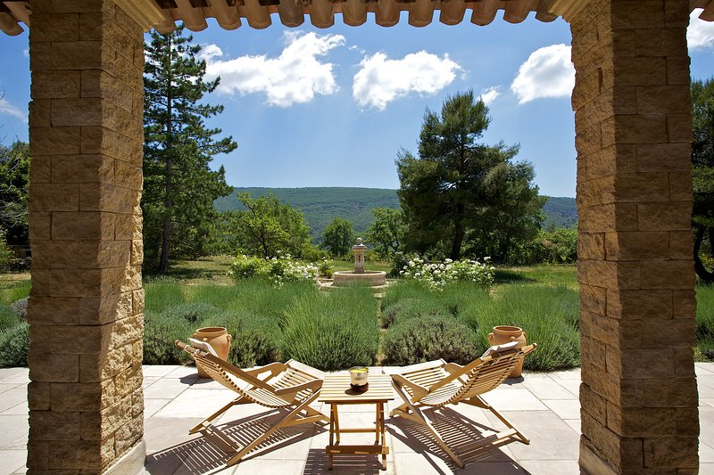 Elegant Country House with Beautiful Grounds and Pool, holiday rental in Lacoste