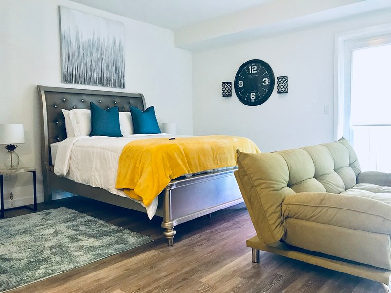 Luxury Suites w/balcony views, holiday rental in South Gate