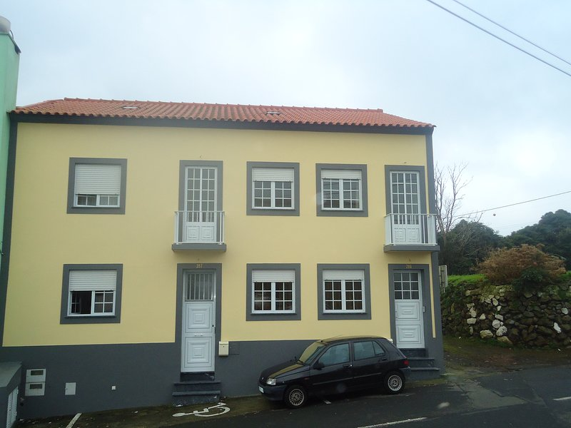 Big house with balcony & Wifi, vacation rental in Angra do Heroísmo