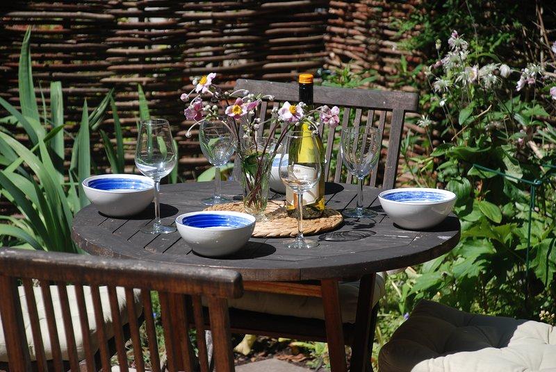 Almuerzo al aire libre en el jardín trasero.
