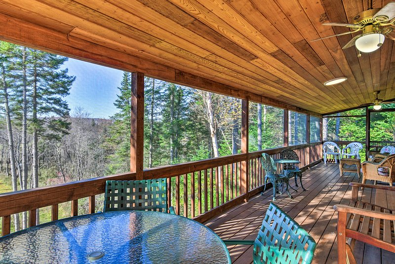 Cozy Pittsburg Home on Perry Stream w/Trail Access, holiday rental in Pittsburg