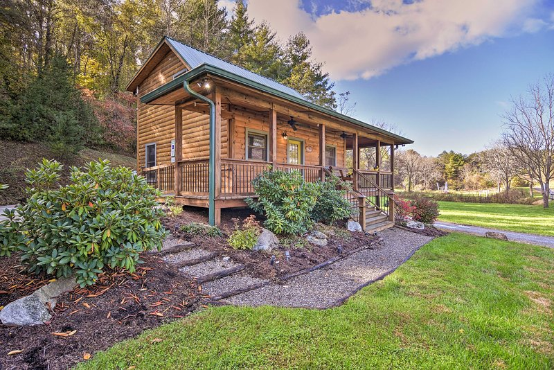 Cozy Country Cabin w/Deck - 15 Mins to Asheville!, holiday rental in Alexander