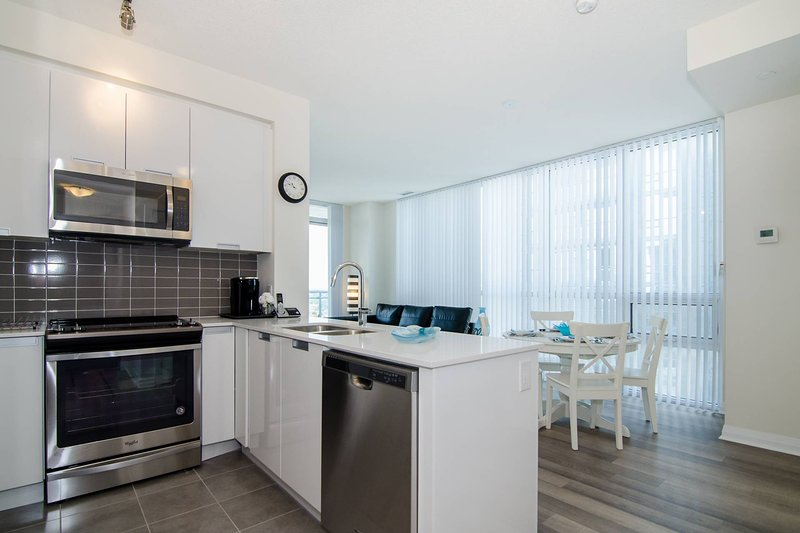 A Luxurious Two Bedroom Apartment in Mississauga, vacation rental in Mississauga