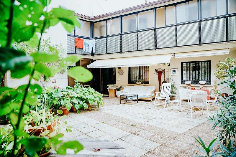 PLENO CENTRO. IDEAL FAMILIAS/GRUPOS. 4 DORMITORIOS 2 BAÑOS. SSCC, WIFI, vacation rental in Salamanca
