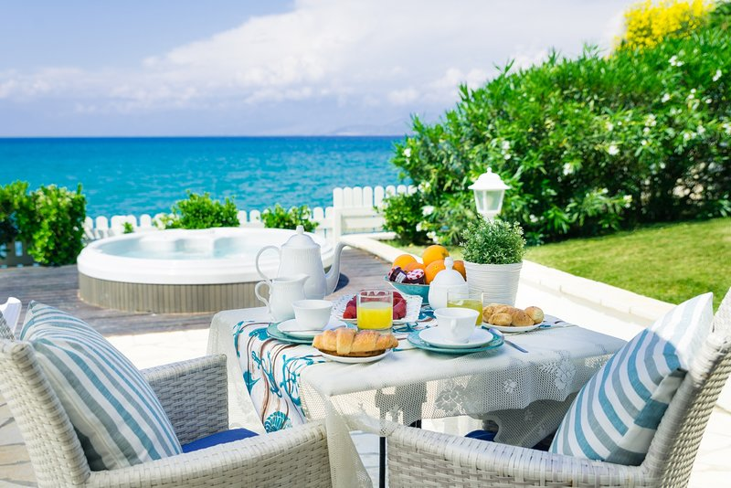 Neptune Sea House - Beachfront / Jacuzzi, vacation rental in Peroulion