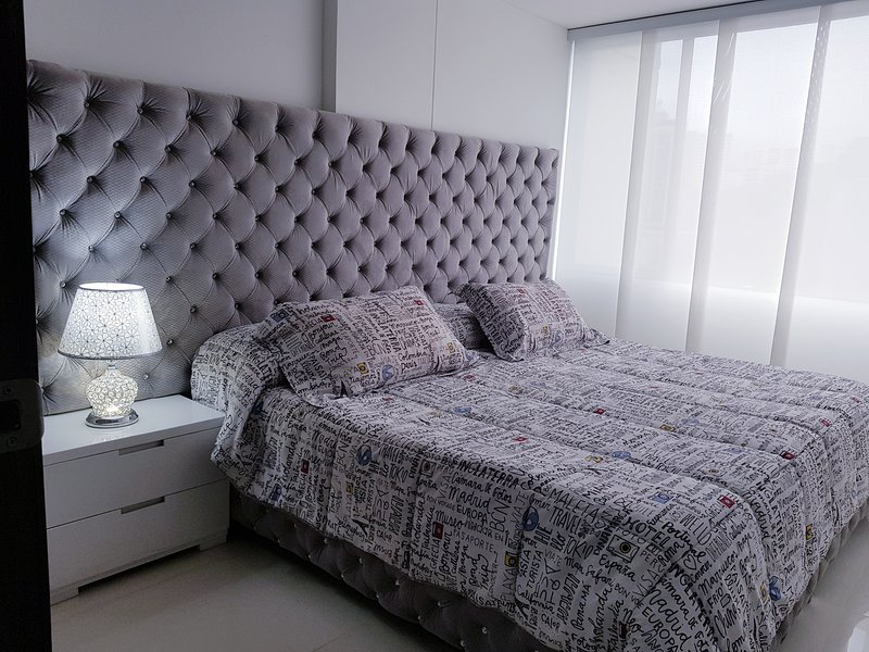 New and modern apartment in the hotel zone with A/C and Hot water., location de vacances à Cali
