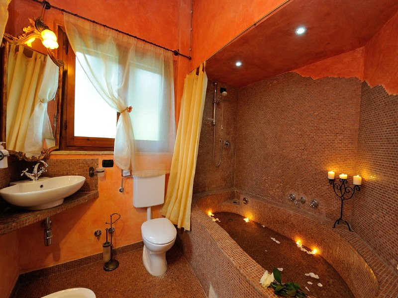 Das Badezimmer mit Mosaikbad (keine Hydromassage)