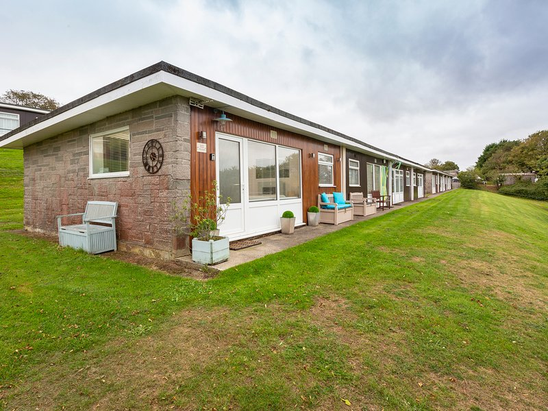 THE HUT, Nautical themed chalet, vacation rental in Strete