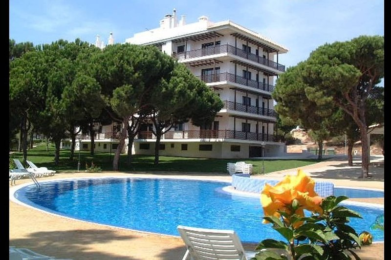 Falesia Beach Air Conditioned 2 bedroom 3rd floor Apartment (43) with WIFI, vacation rental in Albufeira