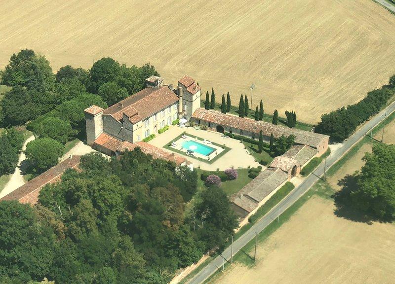 Le château d'Issus dans le Sud-Ouest de la France, près de Toulouse, vacation rental in Lagardelle-sur-Leze