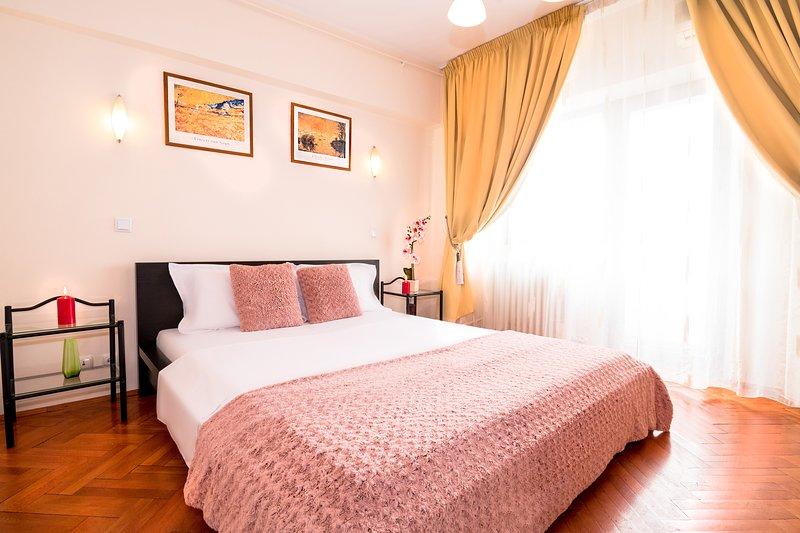 Geräumiges Schlafzimmer mit bequemem Queensize-Bett