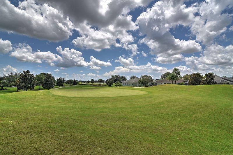 Reserve uma partida de golfe em um dos campos próximos e faça o melhor para jogar scratch.