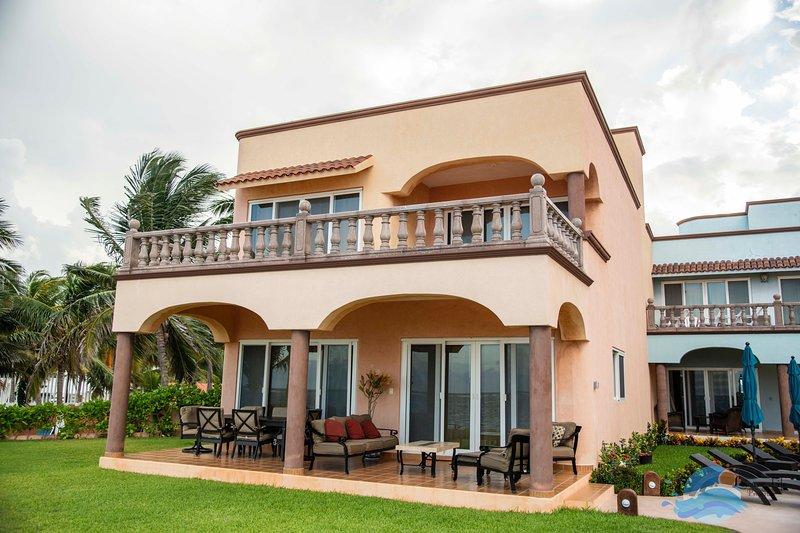 Las Casitas-Playa Fabulous Ocean Front Three Bedroom in Heart of Puerto Morelos, vakantiewoning in Puerto Morelos