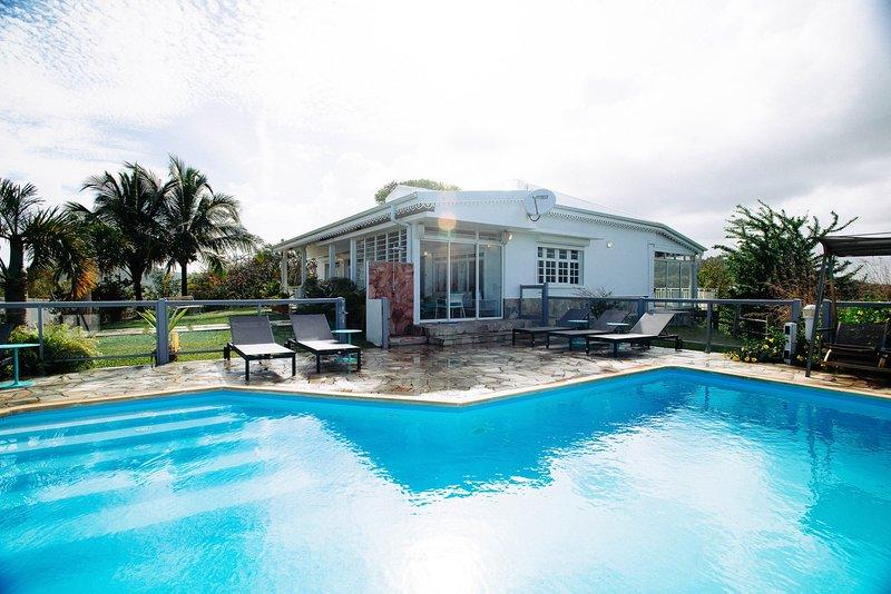 Villa Montabel: piscine à débordement vue mer, alquiler de vacaciones en Le Vauclin