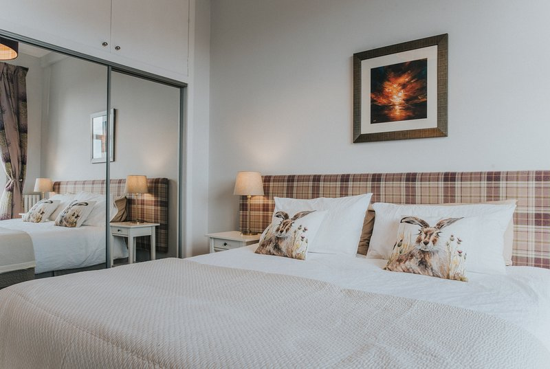Chambre à coucher avec garde-robe en miroir.
