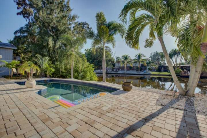 Available for 2021 Season! 5 Minute Walk to Crescent Beach, WiFi, Siesta Key Dup, holiday rental in Sarasota