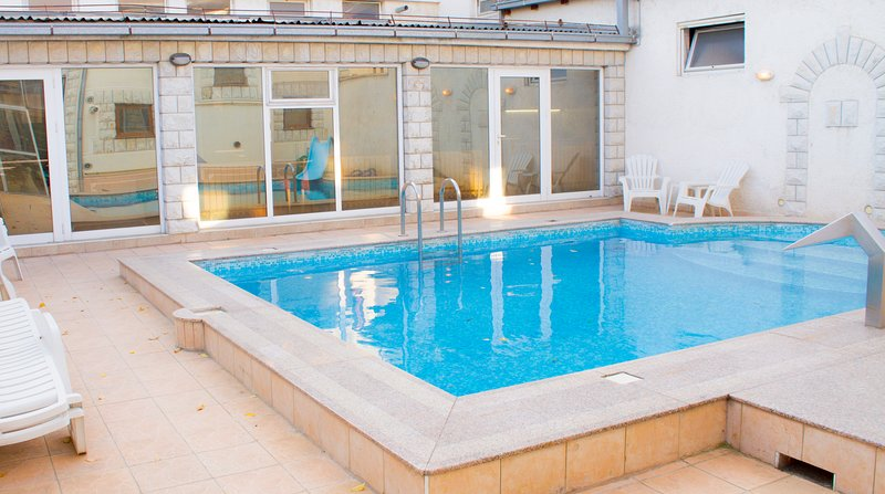 Cosy Novi Sad loft, own POOL, Sauna, self check-in / 3 mi to the city center, holiday rental in Irig