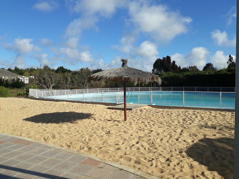 Casa CELTA de Algarrobo 8 pax piscina canchas de tenis juegos para niños, holiday rental in Las Cruces