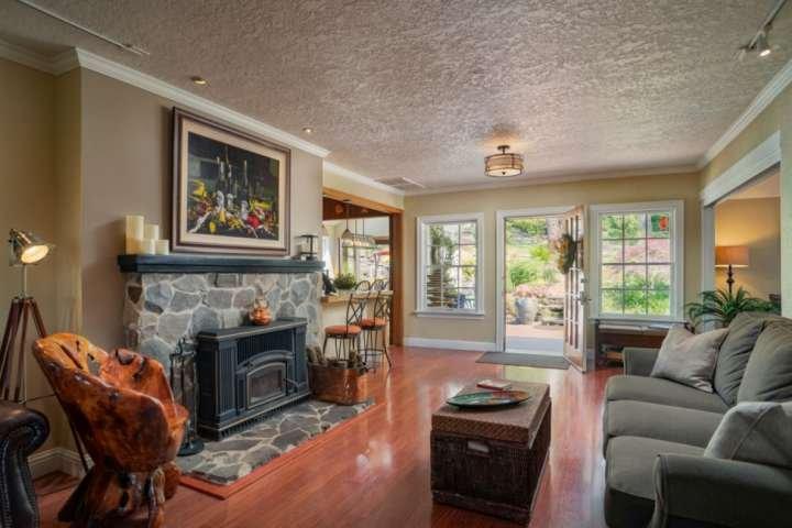 Le salon principal s'ouvre sur un patio privé avec une vue incroyable et des caractéristiques de l'eau.