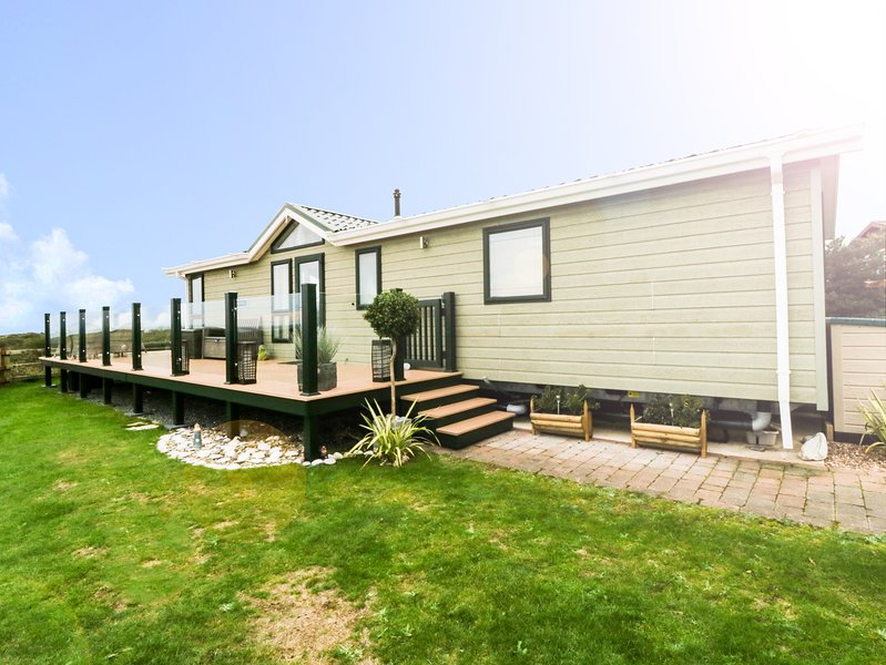 THE VIEW, WiFi, fantastic sea views, Pwllheli, holiday rental in Llangybi