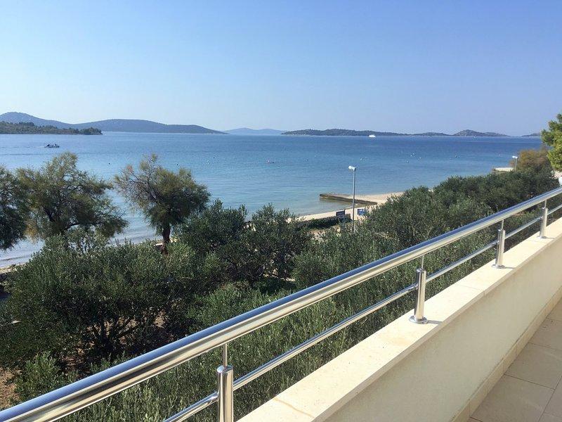 4 Sterne Appartments direkt am Wasser gelegen mit  tollem Meeresblick, vacation rental in Prvic Sepurine