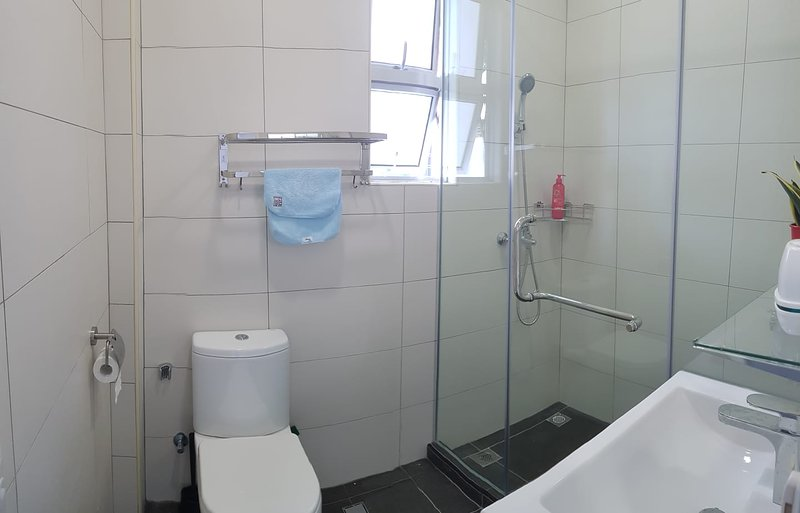 NEWLY RENOVATED CENTRAL ROOM NEAR FAMOUS FOOD CTR1, holiday rental in Singapore