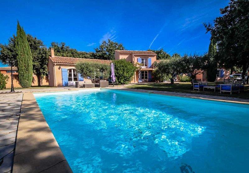 Superb holiday villa in Mazan, near Carpentras, with heated pool, holiday rental in Mazan