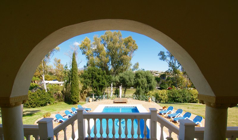 FABULOUS 5 BED 5 BATH SECLUDED VILLA WITH PRIVATE POOL & GARDEN. BEACH 5 MINS, Ferienwohnung in Estepona