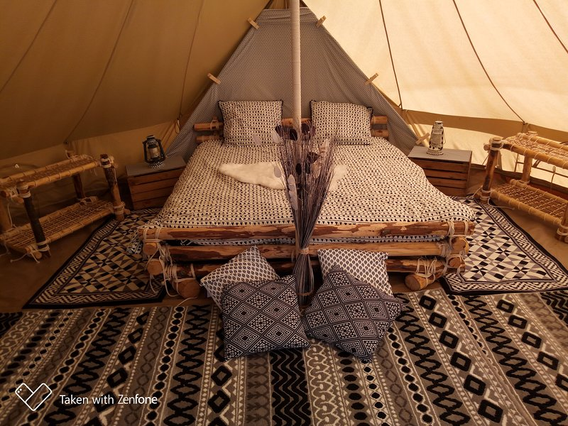 "Inuit tent of 19.6 m² chestnut bed on sommier. 2 ""futons"" are at your disposal."