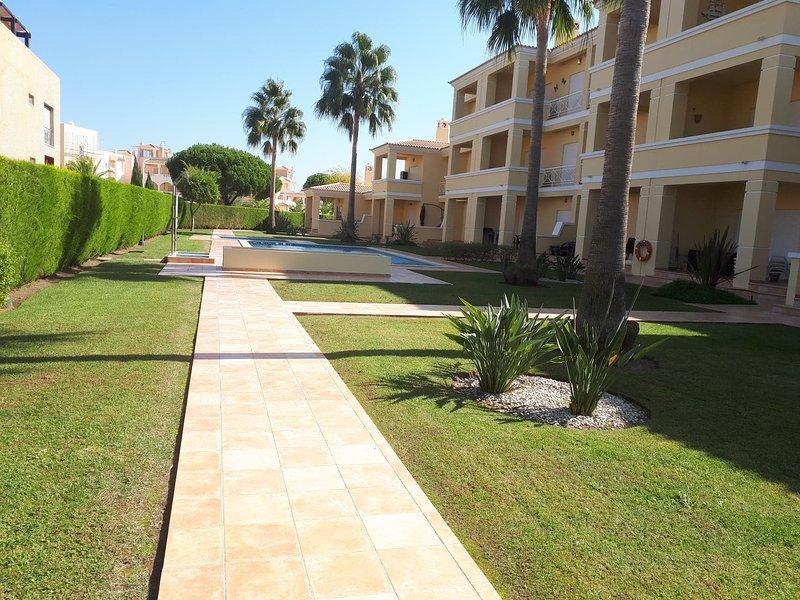Bright, Spacious 1st floor apartment, beautiful views across golf course, aluguéis de temporada em Quarteira