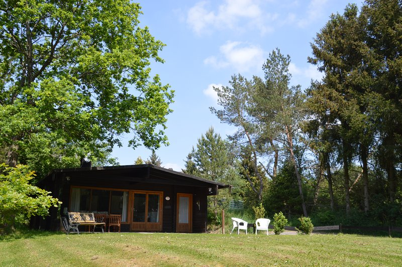 Eifelcottage Rehwiese - komfortables Blockbohlenhaus, 4 Sterne, Fahrräder , WLAN, holiday rental in Ellscheid