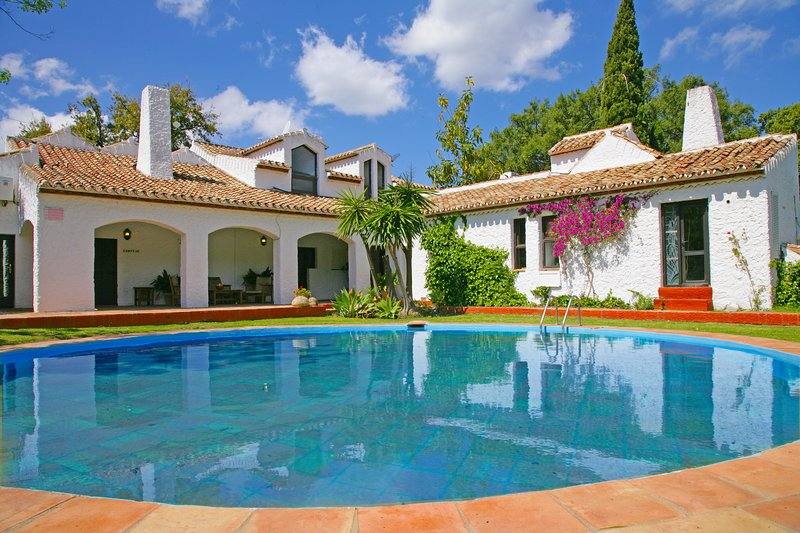 Rustic luxury. Ideal for families & large groups., alquiler vacacional en Casares