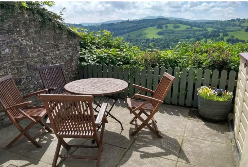Cosy self catering cottage with panoramic views, casa vacanza a Heol Senni