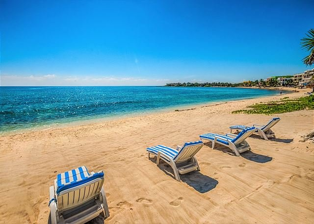 Sun loungers on the beach for Tanik guests
