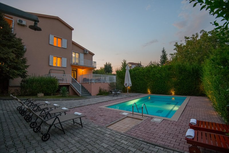 Beautiful Family Holiday Home With Swimming Pool and Gym Near Makarska, holiday rental in Velim