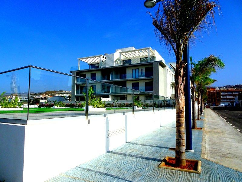 Lyxig våning med stor privat takterrass och havsutsikt. 1:a linjen, holiday rental in Torrox